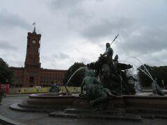 左・赤の市庁舎とネプチューンの噴水