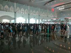 マレーシアを出国して、シンガポールへ向かいます。 これは反対側の列です。 何時間待ち…。