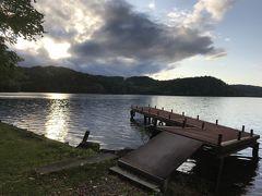 桟橋があり、ホテル前に広がるチミケップ湖を一望できます。