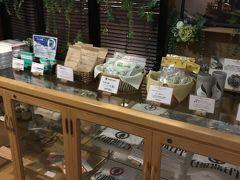 フロント横では、少しだけお土産の販売もありました。チェックイン時に出たお菓子はここで購入できます。