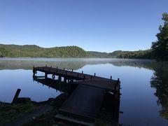 9月13日、金曜日。朝食前に朝の散歩です。 桟橋まで行ってみると、風も無く、湖面に景色が鏡のように写っています。