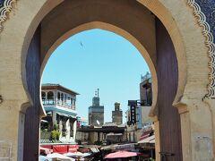 門からの定番ショット・・・2つのミナレット。ブー・イナニア・マドラサとシディ・ルッザース・モスクMosquee Sidi Lezzazです。  紺色のアラベスク模様が落ち着いた感じ。