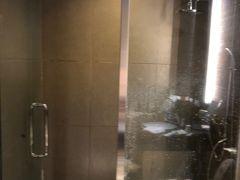 シャワー室でシャワーを浴びて、リラックス。ダイニングは劇混みでした。なんか、居酒屋のような雰囲気でした。