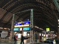 初めてフランクフルト空港の外にでました。フランクフルト中央駅。空気が澄んでいるせいか、駅のライトアップは綺麗でした。恐らく、気温は2,3度だったと思います。