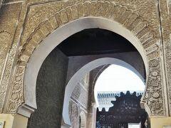 ブー・イナニア・マドラサMedrassa el Bouanania(マドラサ=神学校)がありました。わかりやすい出入口でした。さすがに観光客が多そう・・・。
