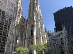 ロックフェラーから少し歩くとビルの谷間に出てくる白亜の大聖堂 この大聖堂が見える交差点で5th Aveを右折