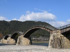 さてさて、新岩国駅からカーシェアで錦帯橋へ来ました。  快晴で山の上には岩国城があります。