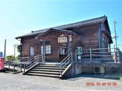 空港から30分掛からない程度で千綿駅(https://www.nagasaki-tabinet.com/guide/62800/)に到着。  前情報で見た通り、木造のレトロな駅舎は、1993年(平成5年)に改築されたものらしい。
