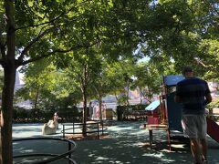 公園の中にあるファミリーパークを通り抜けて