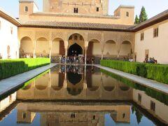 アルハンブラ宮殿を代表する光景が見られるコマレス宮です。  水面に建物が鏡写しになっているこの光景、アラヤネスの中庭です。