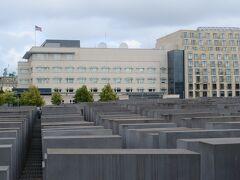 ホロコーストの記念碑  高さ0m~4.5mの石碑が2711基 ナチスに虐殺されたヨーロッパ全土のユダヤ人は 約600万人いたといわれており、この負の遺産を忘れない為 建てられたという  石碑の先に見える旗の立っているビルはアメリカ大使館
