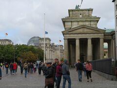 ブランデンブルグ門に到着しました  遠くに見える円形ガラスドームがドイツ連邦議会議事堂  人出が増えてきました