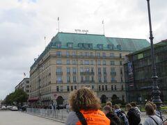ホテル アドロン ケンピンスキー  Hotel Adlon Kempinski  2002年にマイケル・ジャクソンがこのホテルの窓から 赤ちゃんを抱えて見せて冷や冷やさせて話題になった高級ホテル  このホテルはブランデンブルグ門の前にありました