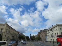 ブランデンブルグ門に通じる大通りウンターデン リンデン  フリードリヒ大王の騎馬像が真ん中に見えます