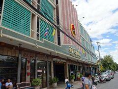 予約してあったホテルに到着した。  ホテルは鉄道駅と城壁のチュンポン門をつなぐ道路にあり、繁華街ともいえる場所にあって、