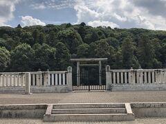 応神天皇陵古墳。 墳丘の全長が425mの前方後円墳で、仁徳天皇陵に次ぐ、全国第2位の規模。