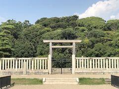 濠を2つ渡ったところに、拝所がある。  仁徳天皇陵の墳丘の全長は486mで、日本最大の前方後円墳。 エジプト・クフ王のピラミッド、秦・始皇帝陵と並ぶ世界三大墳墓のひとつ。