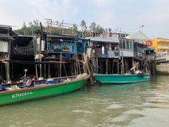 船に乗り、川を登ります。 なんかホイアンみたい!  ここの住人の方は漁業のお仕事の方が多いようで 一家に一台船がある感じでした。