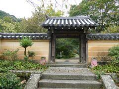 奈良坂から県境を越えて京都府(木津川市)に入り、当尾の里へ。 「関西花の寺」の第16番に選ばれた古刹、浄瑠璃寺にやって来ました。