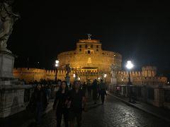 サンタンジェロ城 思ったより人通りがあります。  ここ、トム・◯ンクスがボッコボコにされたとこだ~笑 とかいいながら歩きます。ローマ最終日の人が多くて、楽しい話が聞けました。