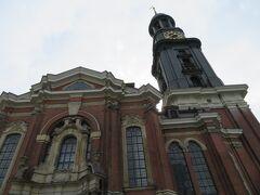 聖ミヒャエル教会  132mあるこの教会はハンブルグのシンボル的存在の教会  第2次大戦で損傷を受け、その後修復して現在に至っている  黒光りする上層部は新しさを感じました 塗装の修復は定期的にやっているのではないでしょうか