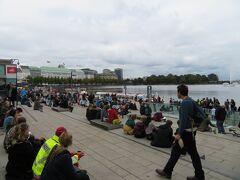 アルスター湖前  ここもデモ参加者が一休みしている場所になってます