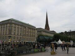日本総領事館  広場の一角のビルから日の丸の旗が見えます ここがハンブルグの総領事館