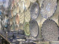 団体ツアーではお約束の途中立ち寄り所、この日はモロッコの名産品フェズブルーの陶器工房「Art D'ARGILE」を見学します。 何も買わないつもりでしたが、写真手前に微かに写っている薬味乗せのようなモノをつい買ってしまいました。