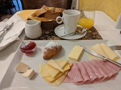 朝食はコンチネンタルを選択。ハムとチーズが中心。ヨーロッパは、どこに行ってもハムやソーセージ、チーズがおいしいのがいいよね!