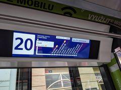 マラーストラナ広場からトラム(12番か20番)に乗り、Na Knizeciバスターミナルへ。トラムのチケットは前日に広場の自動券売機で買っておきました。新しい車両だと電光掲示板があって、次の停留所などが表示されるので安心♪