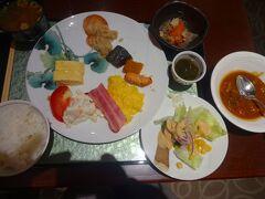ホテルサンルート奈良のビュッフェ朝食です。  「職人がつくる奈良のおばんざい朝食付」というのがこのホテルの売りです。  宿泊客の多くは中国人系の団体客のようですが、皆静かに食事をしていますし、食事後の片づけはウエイトレスがやるようですが、皆さん厨房付近に持っていっていますし、しっかりご挨拶もしています。  中国人系とはいえ、このマナーの良さは日本人以上で、どうやら台湾人か香港人のようで、大陸系のツアー客とは真逆のふるまいですーー。