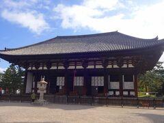 こちらは東金堂です。  このお寺は例の藤原不比等の計画によって前身のお寺である厩坂寺(うまやさかでら)からこの地に移されるとともに、興福寺と名付けられたものです。