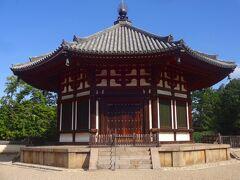 そして敷地の北側に向かいます。  これは北円堂ですが、あまり観光客はいません。  しかし、現在の建物は承元4年(1210年)頃の再建で、興福寺に現存する中で最も古い建物で、もちろん国宝ですし、さらに法隆寺夢殿と同様、平面が八角形の八角円堂でもあります。 (周囲は工事中でした)