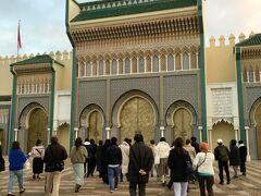 8時出発でツアー行動開始! 最初に立ち寄ったのはフェズの王宮です。 門は閉じられていますが、その隙間から中の様子も少し伺えました。