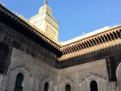 ブージュルード門から旧市街の中に入り、最初に立ち寄ったのがブーイナニア神学校。 精細な木目の細かさを誇るイスラム様式は見事です。