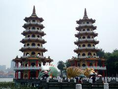 本日の観光は、蓮池潭。高雄で一番有名な観光地だろうということで、ここを選びました。お約束の龍虎塔です。ちなみに、表紙写真の台湾風くまモンは、ここにあったものです。