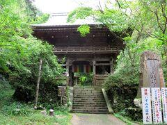 坂道を登り切ると、そこには施福寺の仁王門が建っています。施福寺は西国三十三ヶ所巡礼の四番札所です。