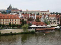 カレル橋から見るプラハ城も見納めです。  この橋を渡るとき毎回心がときめきました♪