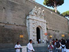 17<ヴァチカン美術館出口> ここは出口。立派なので何となく入り口に見えます。 上部には、ミケランジェロとラファエロの彫刻があります。