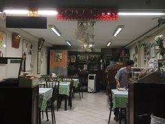 ガイトート(鶏の唐揚げ)が美味しいというお店、トンリー。 中華系の食堂です。  ただし今回は1人なので、ガイトートではなく同じく評判のムー・パット・カピをいただきます。  場所はスクムビット ソイ20。 プロンポンとアソークの間。 かなり(7分ぐらい)歩きました。  閉店30分前だったのでお客さんはいませんでしたが、後片付けをされていたので帰ったところだったみたいです。