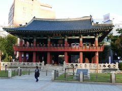 空港往復してから、鐘路(チョンガク)駅で降りて、仁寺洞(インサドン)へ来ました。 普信閣、朝鮮王朝時代に一日の始まりが告げられた大きな鐘があります。