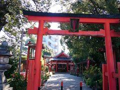 源九郎稲荷神社。地味な稲荷神社ではあるが、実は日本三社稲荷の一つに数えられる神社だ。源九朗とはあの、源九朗義経の名前から由来している。源義経は源頼朝との戦いの中、何度もこの稲荷のご運に救われたといわれている。とても静かなたたずまいで、三社稲荷の一つとは感じさせない。