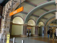 気を取り直して(私が凹)今日の目的地タロンガ動物園に行きます。ホテルから歩いてすぐのセントラル駅に。前日は少ししか見えなかったんですが大きな駅です。
