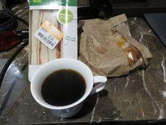 6:14 今日は郊外へのお出かけで早起き 昨日ウールワースで買ったおつとめ品のパンで朝食