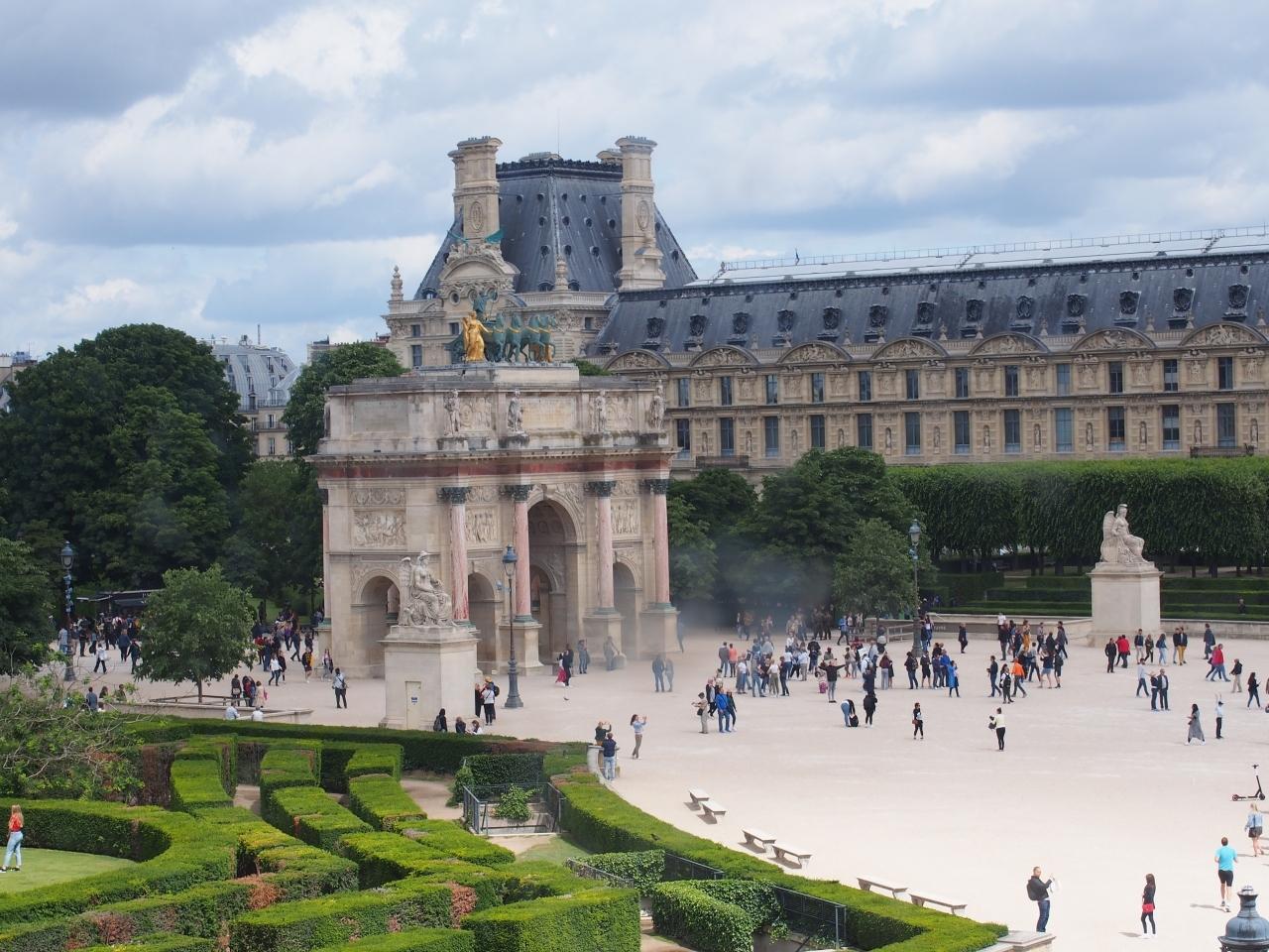パリには凱旋門がいくつあるの?  4つ  ここはルーヴェル宮の西にあるカルーゼル凱旋門
