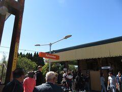 10:16 カトゥーンバ駅に到着 多数のお客さんが下車