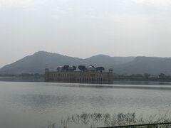 水の宮殿 アンベール城から風の宮殿に行く途中にある 水の宮殿  ジャンマハル16世 によって作られたジャンマハル湖に浮かぶ5階建て宮殿 雨が多いと最上階まで見なくなるそうです。 写真を撮るためだけに下車しましたが、湖岸に出ると物乞いの親子が離れません。 要注意です。