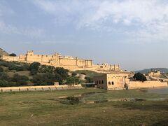 ☆ 世界遺産 アンベール城  16世紀 マハラジャ、サワーイ・マン・スィンによって建設が始まる。  歴代の王によって増改築が繰り返され 17世紀ジャイ・スィン1世の時代に現在の姿に。 内部の宮殿は当時勢力を誇ったムガール帝国のイスラム様式とラジャスタンの伝統様式が融合した独自の建築が素晴らしく、隆盛を極めた王朝の栄華を偲ぶことができる。(by 旅行本) 象嵌細工や透かし彫りなど華麗な宮殿建築がみられました。 見どころの多い世界遺産です。
