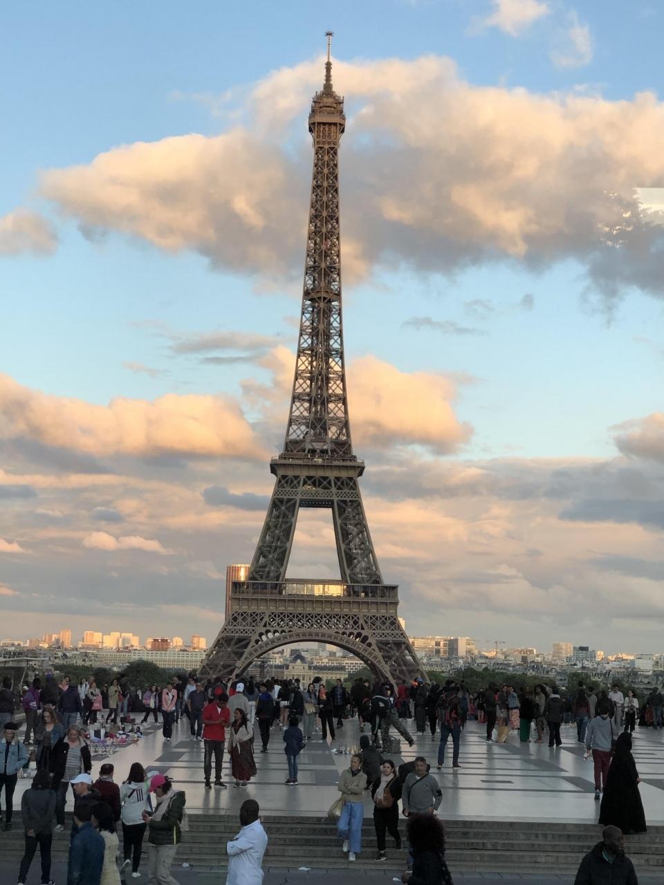 もう日が落ちそうになって  やっとエッフェル塔にご挨拶  フランス革命100周年を記念して建てられたそうです  今ではパリのシンボル