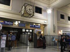タクシーは10分くらいでセントラル駅に到着しましたが、アムトラック・ステーションと言ったほうが、ホテルの人やドライバーさんにはわかりやすかったようでした。  料金は$12くらいだったので、チップ込みで$15払いました。  シアトルへのチケットは、AmtrakのHPで1か月くらい前に予約しましたが、行きは電車、帰りはバスです。 料金は、往復で一人1万円前後だったような記憶です。 飛行機のチケットと同じように、早い方が安く買えるようで、遅かったのか少し高い料金になっていました。  写真の真ん中に写っているカウンターのところから入って行きますが、まずは税関書類の書き込みが必要です。  カウンターの奥に、ちらっと見えるガラスの扉の中はアメリカで、手前側の係りの人はカナダ側のスタッフなので、絶対入る事はないようでした。